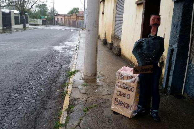 """""""Família Buracon"""" ganha novo integrante para pedir melhorias na comunidade de Forqueta, em Caxias Glaucia De Dordi/Divulgação"""