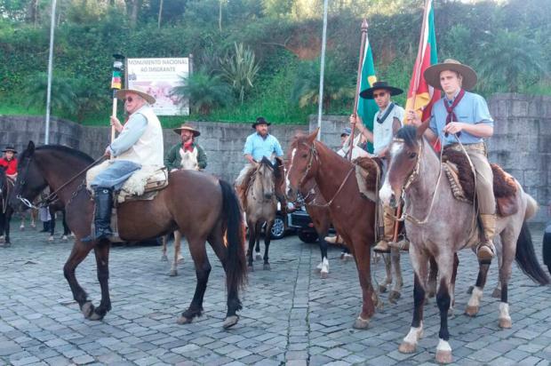 Cavalarianos, peões e prendas desfilam pelo centro de Caxias Alana Fernandes / Agência RBS/Agência RBS