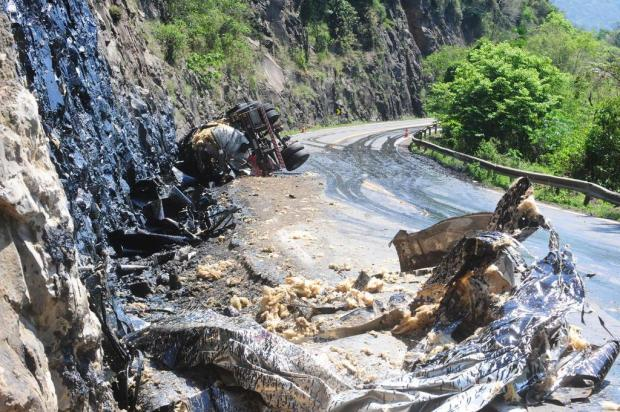 Motorista de caminhão morre em acidente na ERS-122 e rodovia fica trancada, em Flores da Cunha Roni Rigon/Agencia RBS