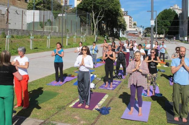 3por4: Aulas gratuitas de ioga iniciam neste sábado, na Praça das Feiras, em Caxias Vera Damian/divulgação