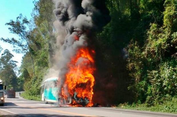 Ônibus pega fogo na ERS-122, em Farroupilha Altamir Oliveira / Estação FM/ Divulgação/Estação FM/ Divulgação