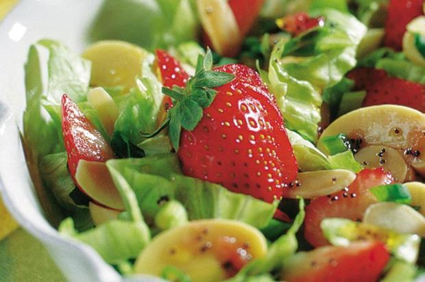 Sirva salada primavera de morangos Nestlé/Divulgação