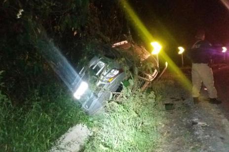 Com casal refém em porta-malas, assaltantes tombam automóvel na BR-470, em Bento (PRF/Divulgação)