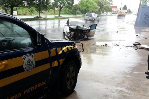 Carro pega fogo após acidente na BR-116 em Caxias do Sul Polícia Rodoviária Federal/Divulgação