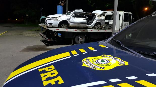 Carro roubado capota na BR-116, em Nova Petrópolis, após fugir da fiscalização da PRF PRF / divulgação/divulgação