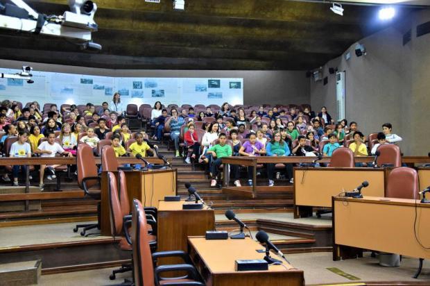 Crianças participam de sessão de cinema na Câmara de Caxias Alessandra Perez/Divulgação
