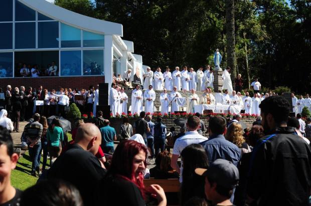 Fiéis participam de missa em homenagem à beatificação do padre João Schiavo, em Caxias do Sul Diogo Sallaberry/Agencia RBS