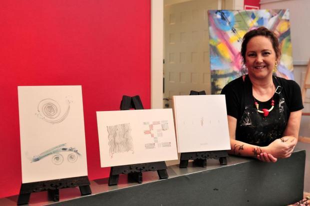 """Jaque Pauletti mostra desenhos na miniexposição """"Fluxo"""", em Caxias do Sul Diogo Sallaberry/Agencia RBS"""