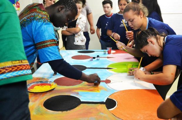3por4: Associação Criança Feliz de Caxias participou de oficina de criação coletiva com temática voltada à Áfica na tarde desta terça Cris Fogaça/Divulgação