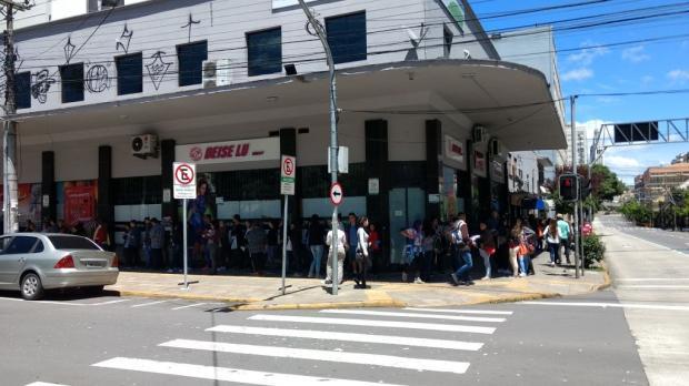 Estudantes formam filas próximo aos locais de prova do Enem em Caxias do Sul Kamila Mendes / Agência RBS/Agência RBS
