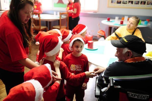 Crianças animam idosos do Lar da Velhice, em Caxias do Sul Diogo Sallaberry/Agencia RBS