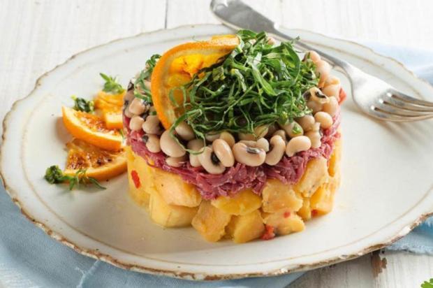 Sirva salada de banana-da-terra, feijão-fradinho, carne-seca e couve-manteiga Nestlé/Divulgação