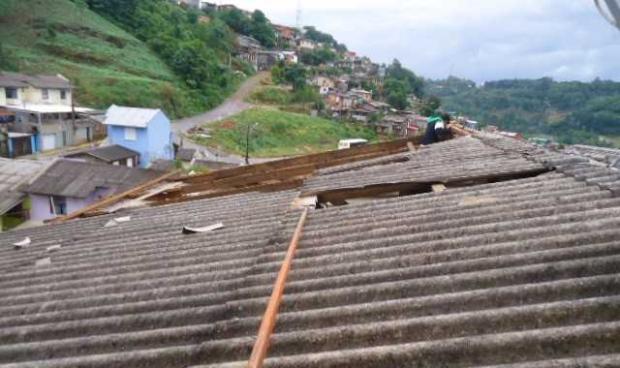 Pelo menos dez casas foram destelhadas após temporal em Caxias do Sul Oneide Andreis/