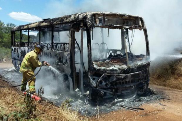 Ônibus escolar pega fogo no interior de Nova Prata Corpo de Bombeiros Voluntários de Nova Prata/Divulgação