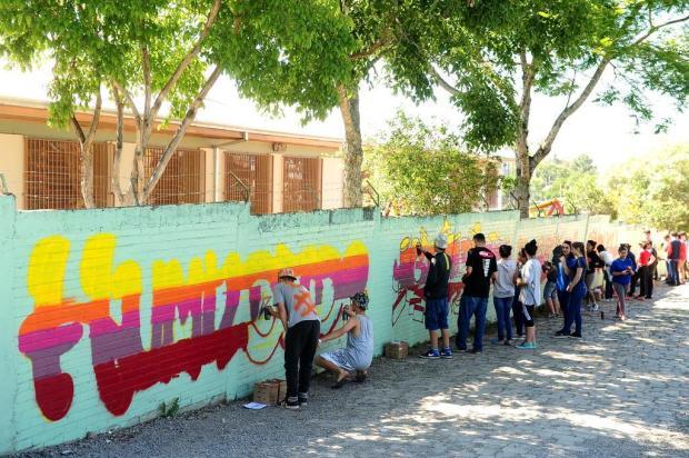 Alunos restauram muros degradados com grafite em projeto de escola de Caxias Diogo Sallaberry/Agencia RBS