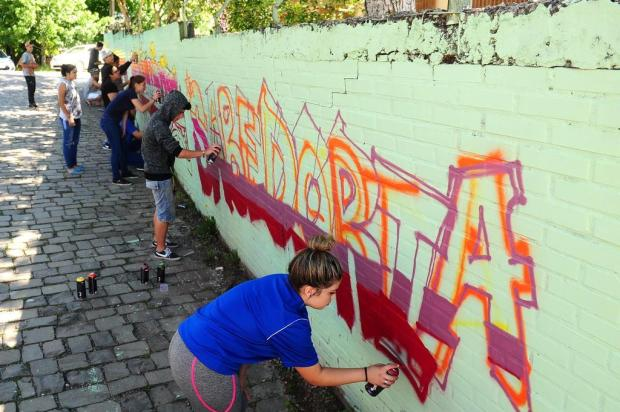 Alunos de escola de Caxias do Sul usam o grafite para recuperar muro pichado Diogo Sallaberry/Agencia RBS
