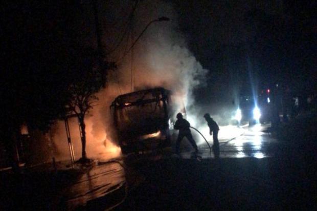 Criminosos colocam fogo em ônibus da Visate e três pessoas ficam feridas em Caxias Brigada Militar/divulgação