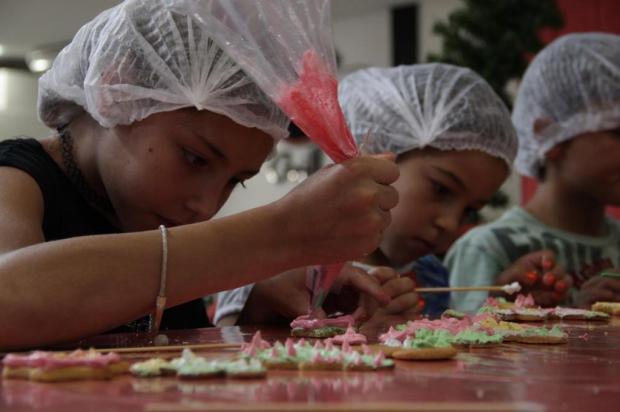 3por4: Crianças da SOS Vida, de Caxias, aprendem a fazer biscoitos de Natal em oficina Fabrício Fiório/Divulgação