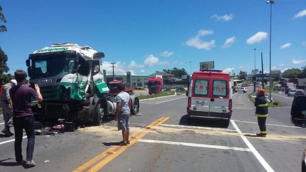 Acidente entre caminhões deixa motorista ferido na BR-470, em Garibaldi PRF / divulgação/divulgação