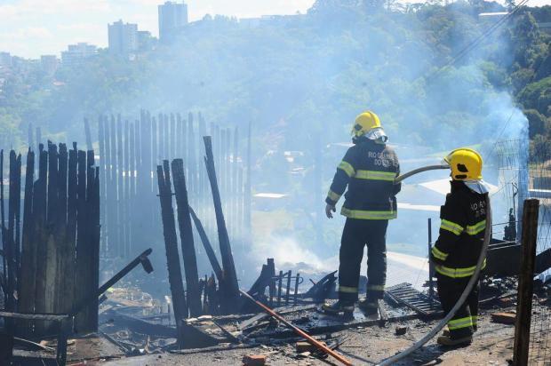 Incêndio destrói três casas em Caxias do Sul Porthus Junior/Agencia RBS