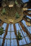 Um enorme urso, de 10 metros de altura, com figurino de veludo, é o centro das atenções da decoração de Natal do Shopping Iguatemi.