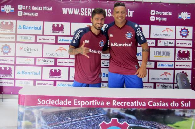 Caxias apresenta dois atletas que buscam recomeço no futebol gaúcho Vitor Soccol / Caxias, Divulgação/Caxias, Divulgação