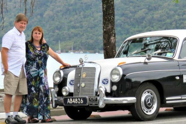 Casal da Nova Zelândia que viaja o mundo a bordo de um carro antigo está na Serra Reprodução/Facebook