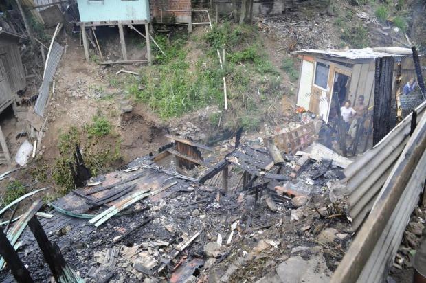 Casa é destruída em incêndio no Vila Ipê, em Caxias Roni Rigon/Agencia RBS