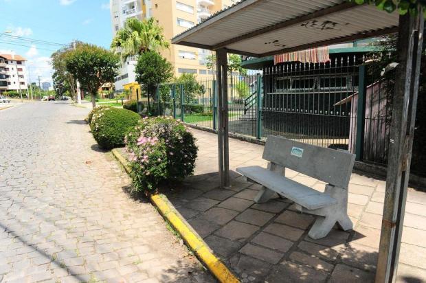 Associação de moradores coloca bancos em paradas de ônibus do Colina Sorriso, em Caxias do Sul Porthus Junior/Agencia RBS
