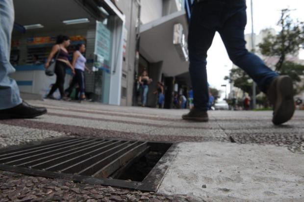Buraco na calçada da Avenida Júlio de Castilhos, em Caxias, representa perigo para os pedestres Roni Rigon/Agencia RBS