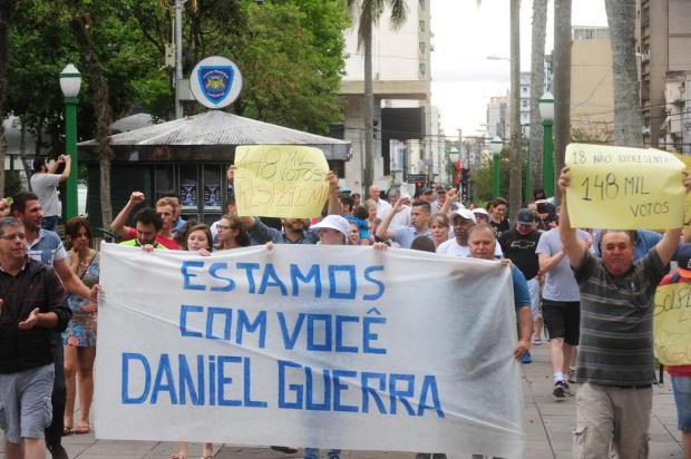 Cerca de 100 pessoas participam de ato em apoio ao prefeito de Caxias do Sul Roni Rigon/Agencia RBS