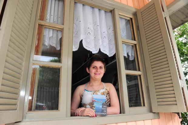 Aos 18 anos, moradora de Flores da Cunha lança livro com mensagem de otimismo para pacientes de câncer Porthus Junior/Agencia RBS