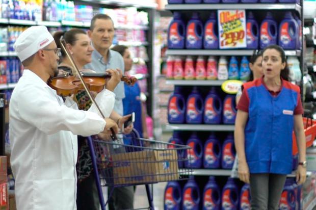 Apresentação natalina em supermercado de Caxias do Sul emociona clientes Maicon Dewes / Divulgação/Divulgação
