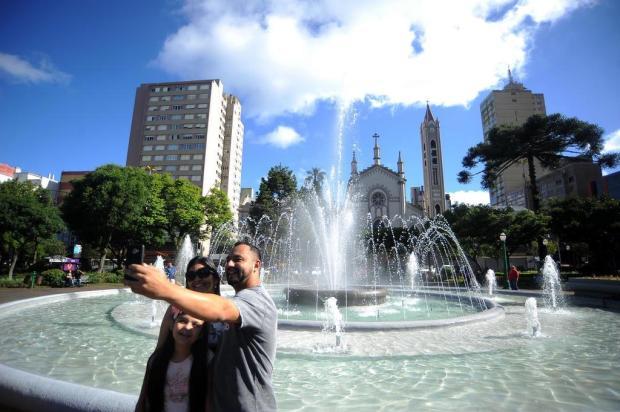 Novo chafariz atrai pessoas à Praça Dante Alighieri, em Caxias do Sul Felipe Nyland/Agencia RBS