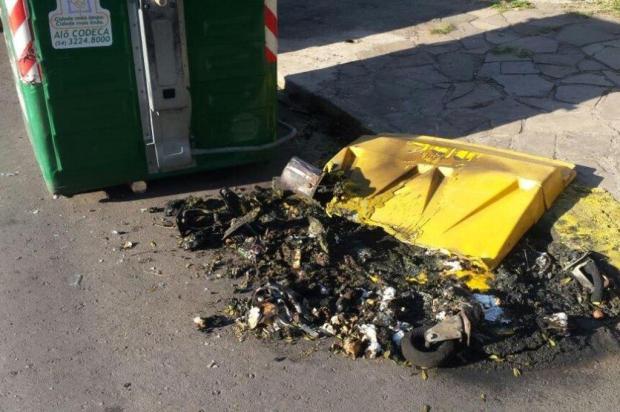 Vândalos colocam fogo em 10 contêineres de lixo em Caxias do Sul Douglas Leal/Divulgação