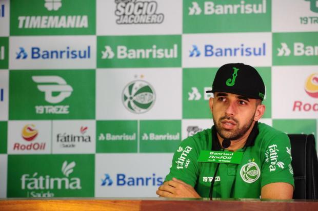 Notificado por suspeita de doping, volante Lucas treina em separado no Juventude Diogo Sallaberry/Agencia RBS