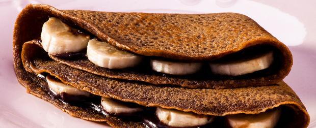 Faça crepe de café com banana e creme de chocolate /