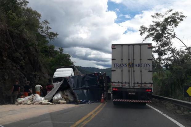 Caminhão tomba na ERS-122 e deixa trânsito interrompido entre Flores da Cunha e Antônio Prado Claudia Alessi/divulgação