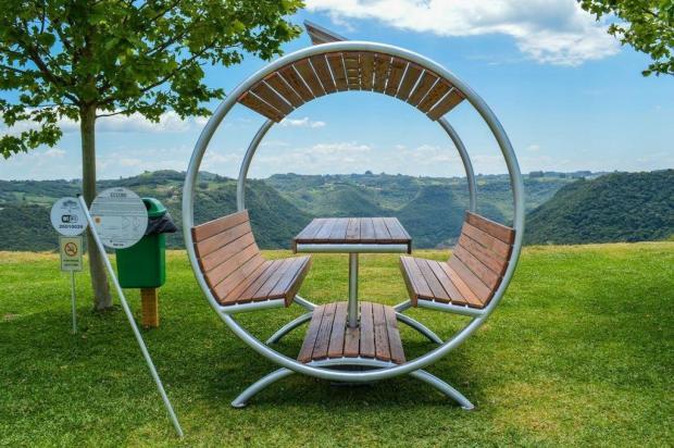 Estudantes da FSG criam mobiliário de lazer ecológico  Thiarly Tonet/Divulgação