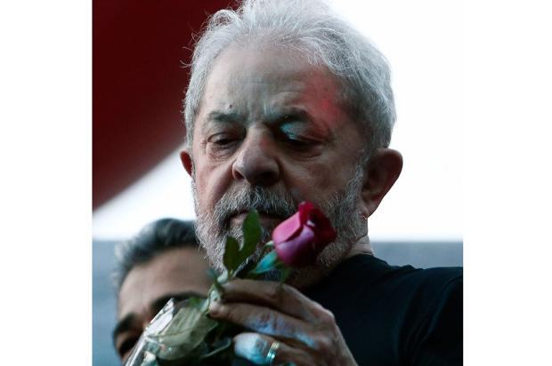 Derrotado, Lula discursa para motivar militância Miguel SCHINCARIOL/ AFP/
