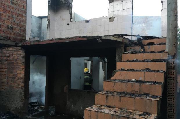 Incêndio atinge residência, no bairro Esplanada, em Caxias  Suelen Mapelli/Agência RBS