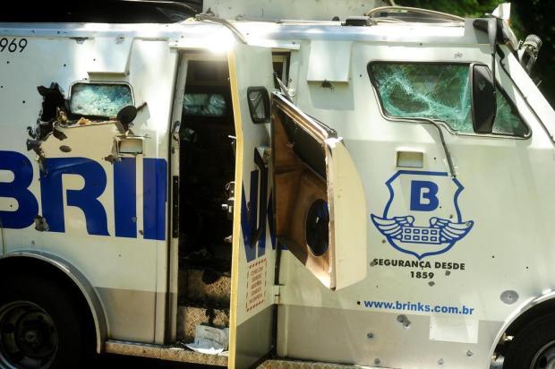 Dois a três criminosos ainda estariam soltos após ataque a carro-forte na Serra, acredita polícia Diogo Sallaberry/Agencia RBS