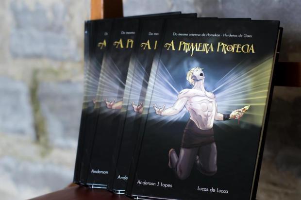 """Lucas de Lucca e Anderson lopes lançam o livro """"A Primeira Profecia"""" neste sábado, em Bento Gonçalves Bruno Nascimento/Divulgação"""
