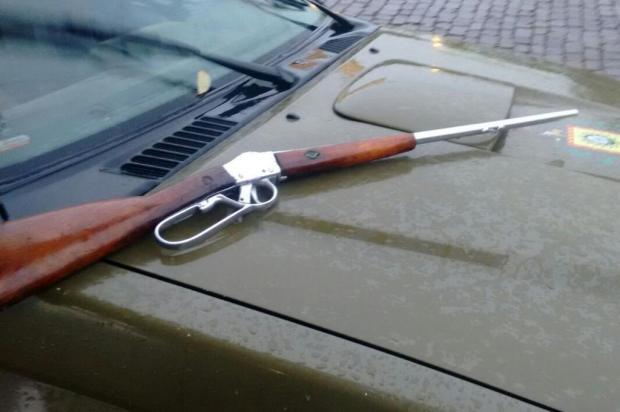 Polícia encontra arma possivelmente utilizada em roubo a carro-forte em matagal de Monte Belo do Sul Brigada Militar/Divulgação