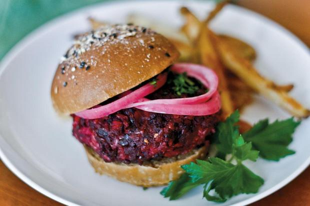 Alô, vegetarianos: aprenda a fazer hambúrguer de beterraba Editora Alaúde/Divulgação