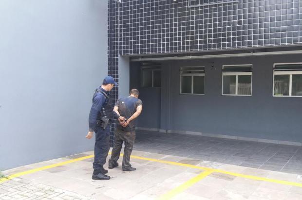 Homem tenta atropelar guarda municipal durante abordagem em Caxias Leonardo Lopes/Agência RBS