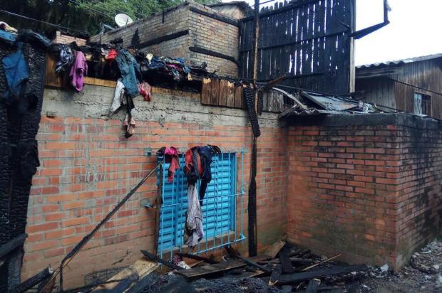 """""""Fiquei olhando a minha casa tomada pelo fogo"""", diz vítima de incêndio no bairro Planalto, em Caxias Lucas Demeda/Agência RBS"""