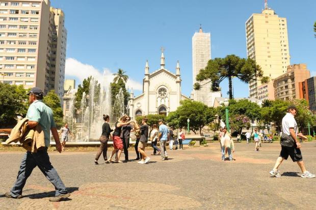 3por4: Bailarinos e atores realizam intervenção artística na Praça Dante, em Caxias Maurício Concatto/Divulgação