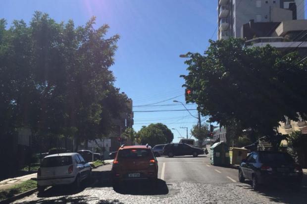 Galhos de árvore têm causado transtorno a motoristas no bairro Exposição, em Caxias Cristiano Lemos/Agência RBS