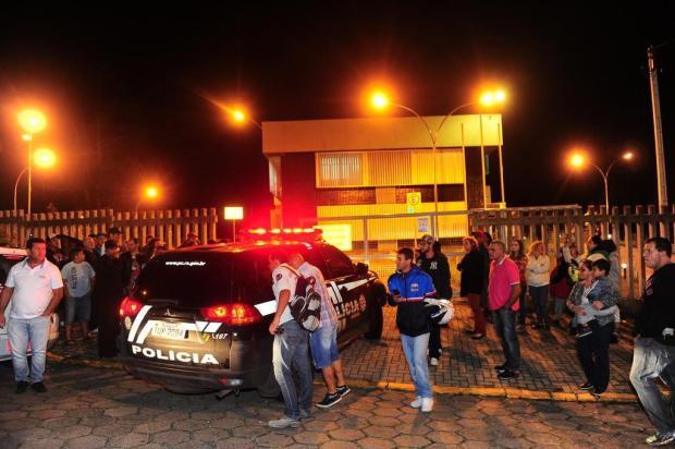 Manifestantes se concentram em frente à delegacia para pedir justiça no caso de menina morta em Caxias Porthus Junior/Agencia RBS